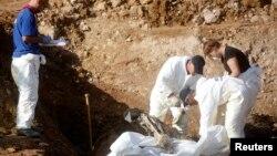 Сарапшылар Босниядағы соғыста қаза тапқандар жерленген жерден адам мәйіттерін зерттеуге қазып алып жатыр. Босния, қазан 2013 жыл. (Көрнекі сурет)