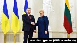 Президент України Петро Порошенко і президент Литви Даля Грібаускайте (праворуч)