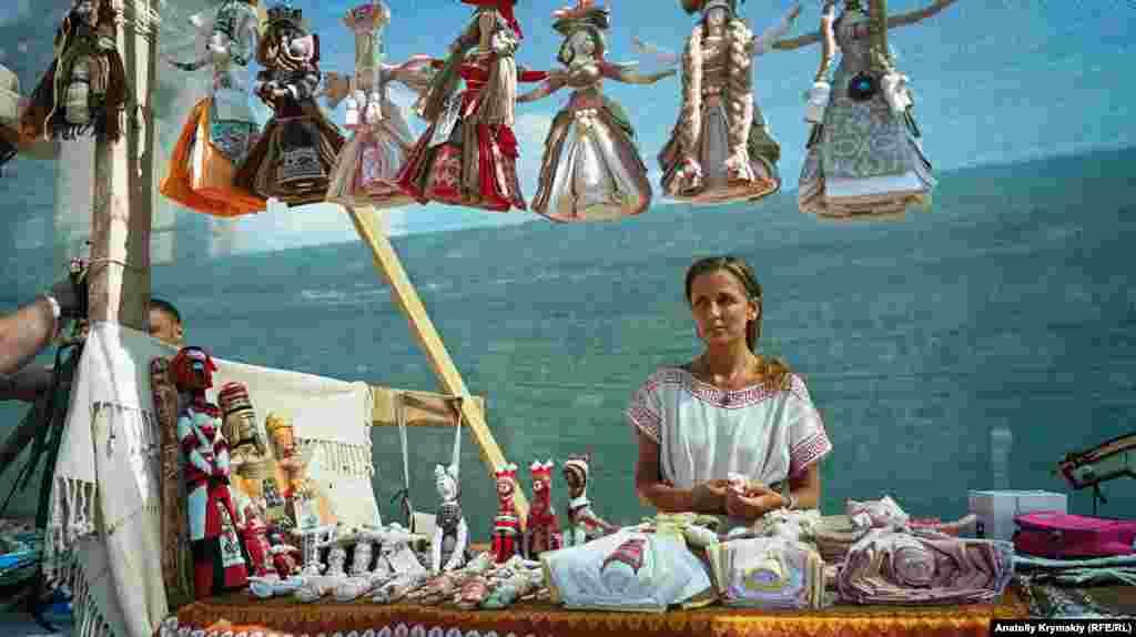 Тетяна Соколовська з Дніпра привезла на фестиваль колекцію своїх ляльок-мотанок. У Судаку проживають її батьки