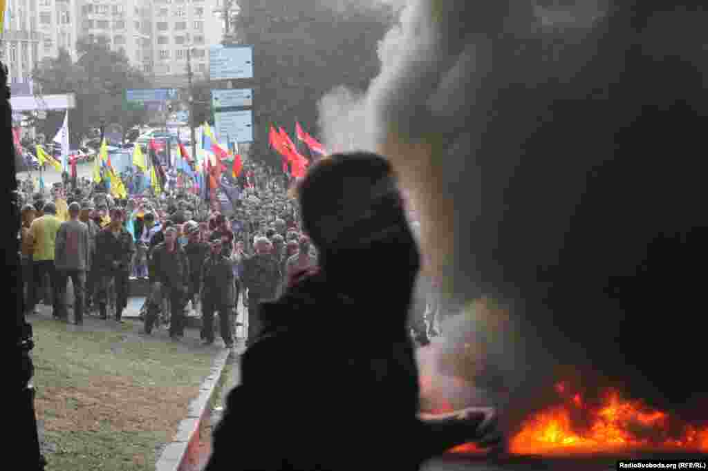 Активіст«Правого сектору» просить людей не підходити надто близько до палаючих шин