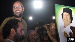 Լիբիա - Սեյֆ ալ-Իսլամ Քադաֆին՝ շրջապատված աջակիցներով և լրագրողներով, Տրիպոլի, օգոստոս, 2011թ․
