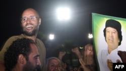 Sayul Islom Qaddafiy tarafdorlari bilan, Tripoli, 2011 yil 23 avgust