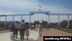 Узбекистанцы празднуют день Независимости на одноименной площади в Ташкенте.