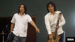 دو نفر از اعضای گروه دبو. (عکس: ایسنا)