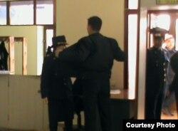 """Полицейские проверяют людей, которые проходят в здание, где проходит суд по делу """"о беспорядках в Жанаозене"""". Актау, 6 апреля 2012 года. Фото предоставил Ерлан Калиев."""