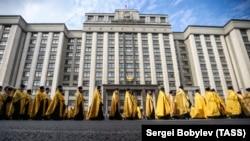 Священнослужители во время крестного хода напротив Госдумы РФ