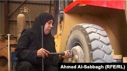 سائقة شاحنة في معمل للغاز في الديوانية