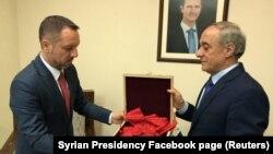 Фото, опубликованное на странице президента Сирии в Facebook'е, в подписи к которому говорится, что представитель МИД Сирии передал знак врученного Францией ордена посольству Румынии в Дамаске. 19 апреля 2018 года.