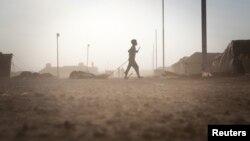 طفل سوري يسحب خيمته في مخيم الزعتري في الاردن