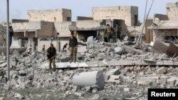 """مقاتلو البيشمركه يتفحصون موقعاً مدمراً لمسلحي """"داعش"""" في تل ورد غرب كركوك"""