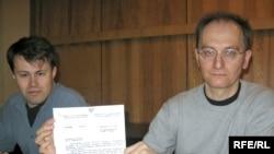 Юры Чавусаў іСяргей Мацкевіч паказваюць адказ зьміністэрства.