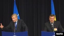 Генсекретар НАТО Яап де Гооп Схеффер та міністр оборони України Анаталій Гриценко під час візиту українського політика до штаб-квартири НАТО у Брюсселі у 2007 році