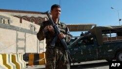 Єменський солдат стоїть на варті біля посольства США в столиці Сана, 11 лютого 2015 року