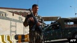 Вооруженный солдат рядом с одним из посольств в Сане, Йемен