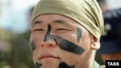 Шанхай Ынтымақтастығы ұйымына мүше елдердің алғашқы бірлескен антитеррорлық жаттығуына қатысқан сарбаз. Қазақстан, 2003 жыл.