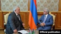 Генсек ОДКБ Юрий Хачатуров (слева) и президент Армении Серж Саргсян, Ереван, 28 августа 2017 г.