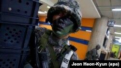 Түштүк Кореялык аскер Вашингтон менен Сеулдун буга чейинки биргелешкен машыгууларында. 22-август, 2016-жыл.