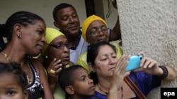 Жители Кубы собрались в аэропорту Гаваны, куда прилетел президент США Барак Обама (20 марта 2916 года)
