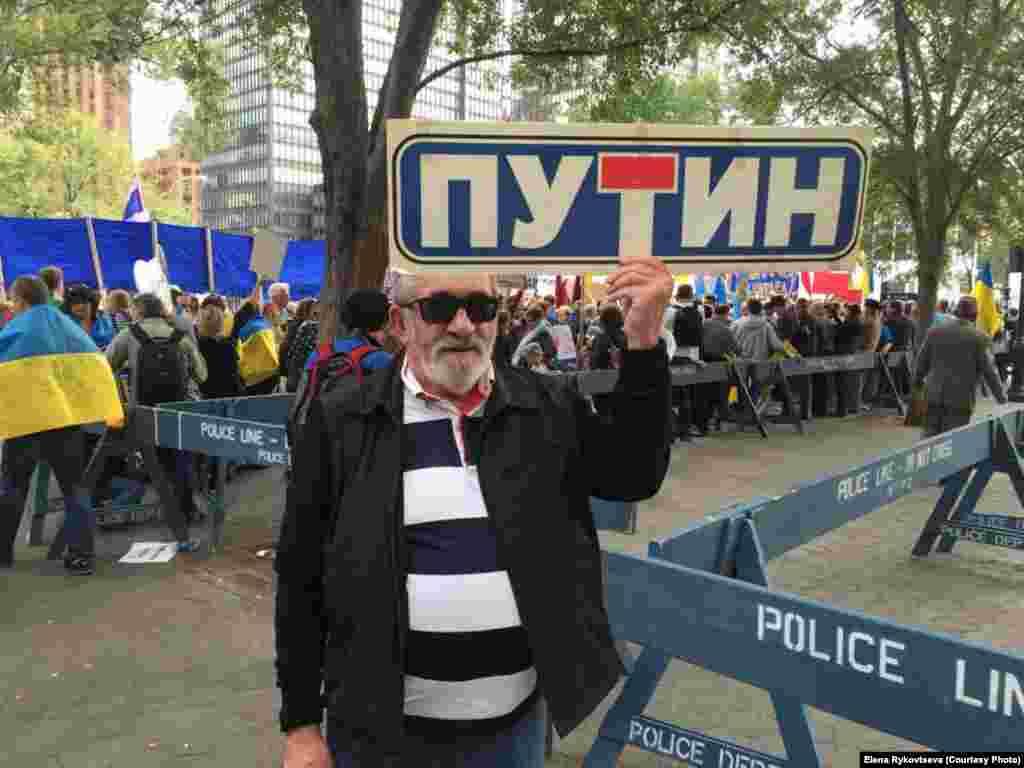Участники акций протеста в Нью-Йорке выходят с требованиями освобождения в России политзаключенных, восстановления суверенных границ, проведения международного трибунала по авиакатастрофе малайзийского лайнера, сбитого над востоком Украины.