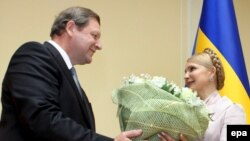 Білоруський прем'єр-міністр Сергій Сидорський дарує квіти Юлії Тимошенко перед початком переговорів у Києві, 12 червня 2009 р.