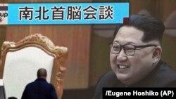 Ким Чен Ын на экране телевизора в Токио