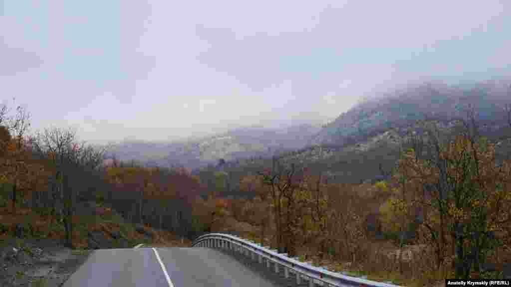 А десь на цій ділянці дороги знаменита трійця, взявшись за руки, перегороджувала шлях Ніні, яка їхала на машині