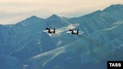 Русские истребители в небе Кыргызстана. Фото с окрестностей военной базы в городе Кант.