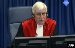 Судья, ведущий судебный процесс по делу Ратко Младича, в Международном трибунале в Гааге, 16 мая 2012 года.