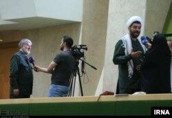 علی مطهری (چپ) با لباس سپاه