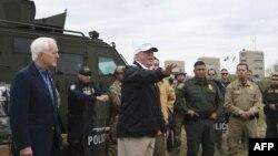Американскиот претседател Доналд Трамп за време на неговата посета на границата со Мексико