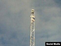 Наблюдательная вышка ОБСЕ с камерой в селе Широкино, Донбасс
