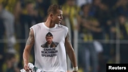 Lokomotiv Moscow's Dmitry Tarasov wear the offending Putin T-shirt.