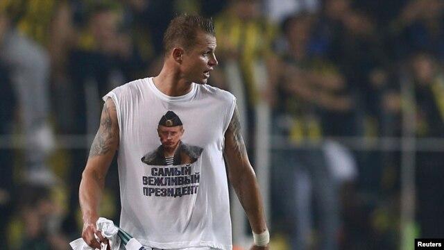 Lokomotiv Moscow's Dmitry Tarasov wear the offending Putin T-shirt.