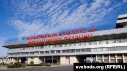 Каляж Радыё Свабода на тэму грамадзкай прапановы перайменаваць Нацыянальны аэрапорт Менск-2.