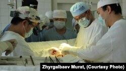 Талгат Осмонов башында турган дарыгерлер тобу операция жасоодо, 30-январь, 2013-жыл