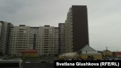 Частный дом Меирмана Жазылбекова, расположенный рядом с жилым комплексом, окружают стихийные автостоянки. Астана, 26 сентября 2013 года.