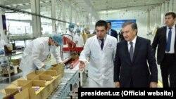 Шавкат Мирзиëев шоколад ишлаб чиқарувчи Омилов фабрикасида.