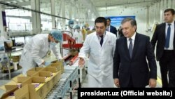 Президент Мирзиёев шоколад ишлаб чиқарувчи Омилов фабрикасида.