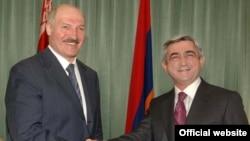 Президент Армении Серж Саргсян (справа) и президент Беларуси Александр Лукашенко (архивное фото)
