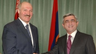 Belarus President Alyaksandar Lukashenka (left) and his Armenian counterpart Serzh Sarkisian (file photo)