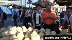 Cанкт-Петербург. Өзбекстандык мигрант коон сатып жатат. 8-август, 2012-жыл.