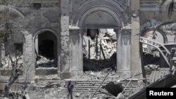Уништената зграда на либискиот парламент во 2011 година.