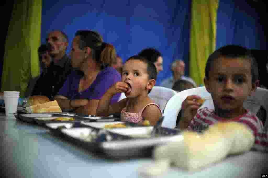 Children in Pristina share an iftar dinner.