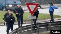 Французская жандармерия в промышленной зоне Dammartin-ан-Goele к северо-востоку от Парижа, 9 января 2015 года.