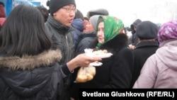 Парень с праздничными угощениями, которые во время празднования Наурызы раздавали бесплатно. Астана, 22 марта 2013 года.