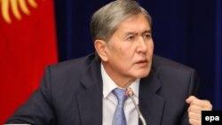 Президент Кыргызстана Алмазбек Атамбаев во время пресс-конференции в Бишкеке.