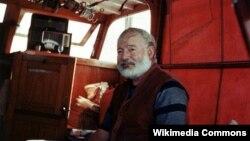 """Ernest Hemingway sevimli """"Pilar"""" qayığında, həmin qayıq indi yazıçının Kubadakı muzeyindıdir."""