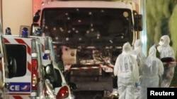 У места атаки с грузовиком в районе Английской набережной во французском городе Ницца. 15 июля 2016 года.