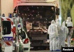 Experții Poliției franceze anchetînd camionul frigorific utilizat în atac