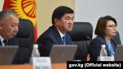 Премьер-министр Мухаммедкалый Абылгазиев (в центре). Архивное фото.
